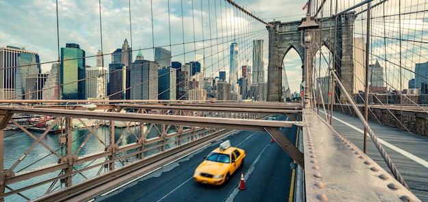 Taxi op de brooklyn bridge, new york, verenigde staten