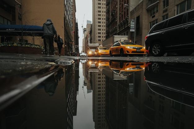 Taxis weerspiegeld in een plas water