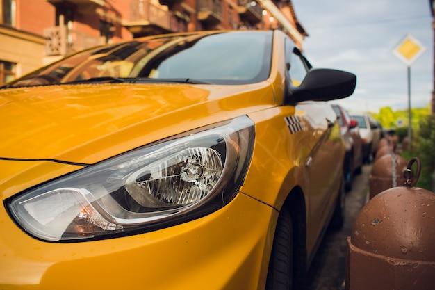 Taxivoorzieningen amber auto auto stedelijke straat.