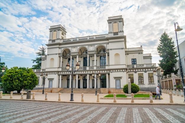 Tbilisi, georgië - 1 augustus 2021: theater op agmashenebeli avenue in tbilisi. cultuur