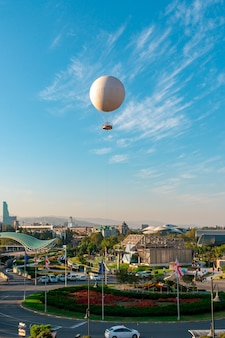 Tbilisi, georgië - 14 oktober 2020 luchtexcursieballon voor passagiers over de oude stad tbilisi, reizen.