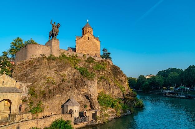 Tbilisi, georgië - 14 oktober 2020 metekhi-kerk en monument van koning vakhtang i gorgasali, tbilisi. reizen.