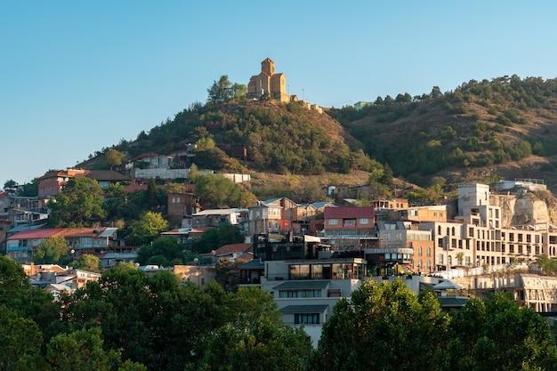 Tbilisi, georgië - 14 oktober 2020 prachtig uitzicht op het oude tbilisi, kerk op de heuvel. reizen.