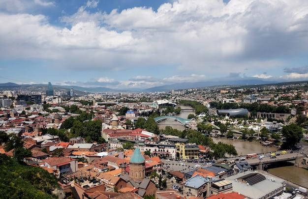 Tbilisi, georgië - 3 mei 2019, oude stad in het centrum van tbilisi, luchtfoto