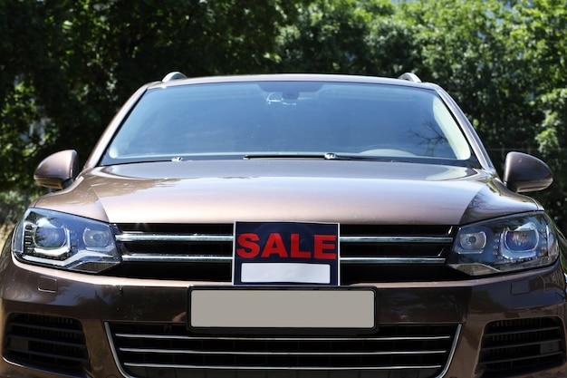 Te koop bord op de voorruit van de auto.