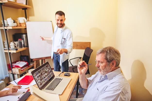 Team baan. foto jonge businessmans die met nieuw project in bureau werken