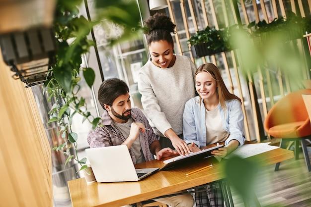 Team baan jong team werken met nieuw startup-project in moderne loft