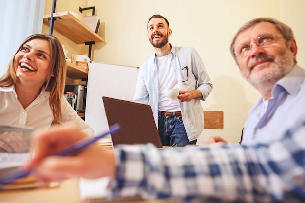 Team baan. mensen die werken met een nieuw project op kantoor