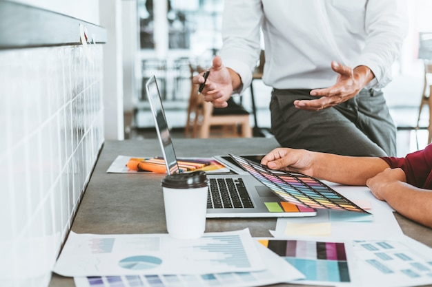 Team creatieve bedrijfsplanning en denk aan nieuwe ideeën voor een succesvol werkproject
