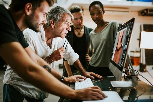 Team dat foto's van een studioshoot controleert