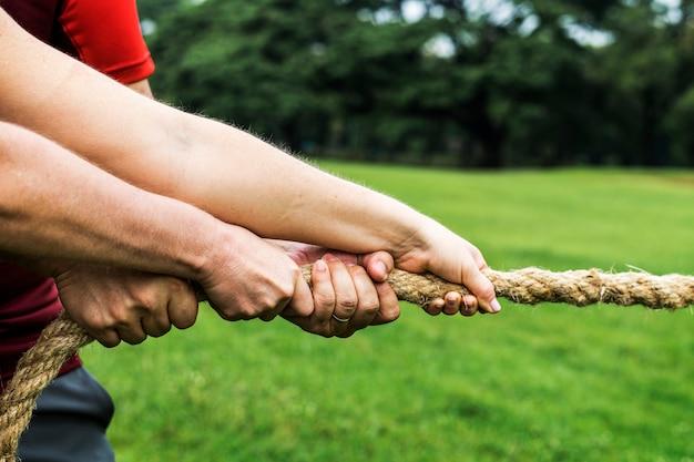 Team dat strijdt in touwtrekken