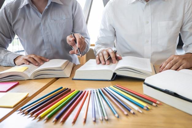 Team leren studeren aan kennis tijdens hulp onderwijs vriend onderwijs voorbereiden op examen