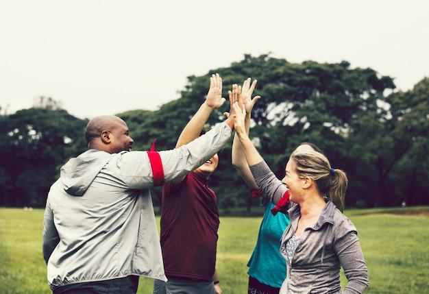 Team stapelen handen voor een race