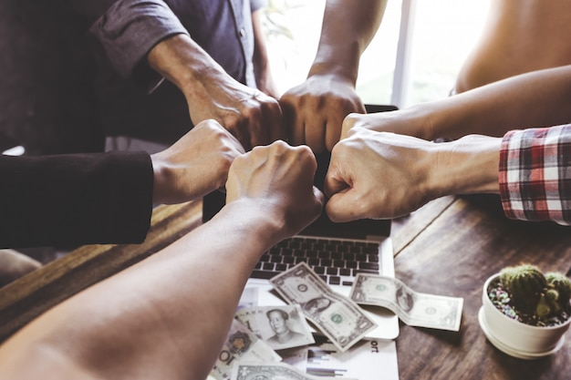 Team teamwork hand in hand bij elkaar
