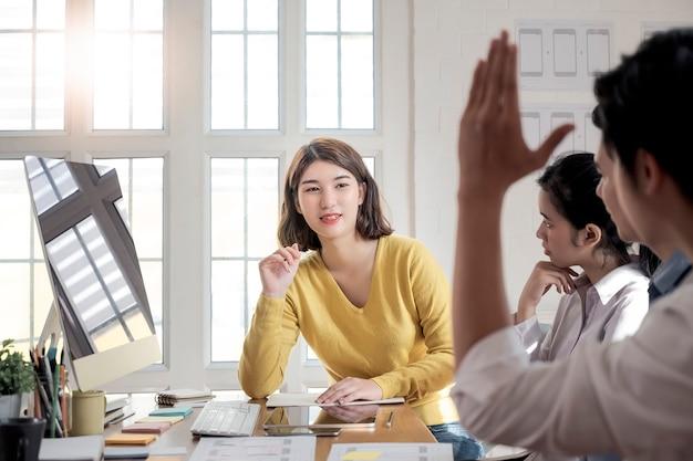 Team ux ontwerper creatieve grafische vergadering en planning applicatie-ontwikkeling
