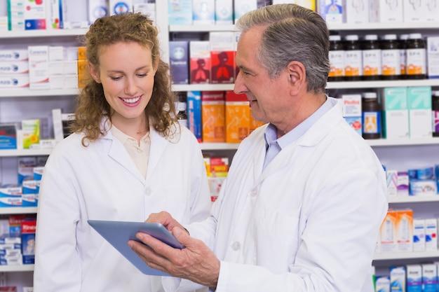 Team van apotheker die tabletpc bekijken