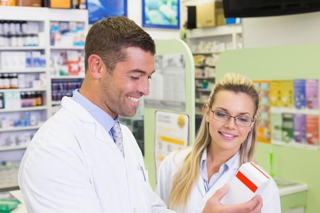Team van apothekers die naar geneeskunde kijken