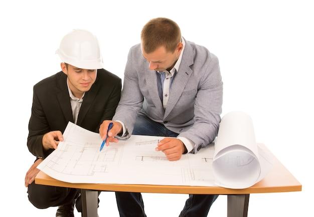 Team van architecten die aan een plan werken
