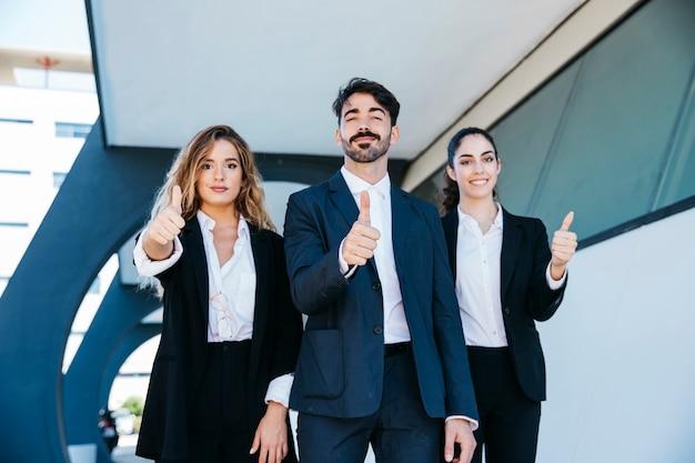 Team van architecten die duimen omhoog maken