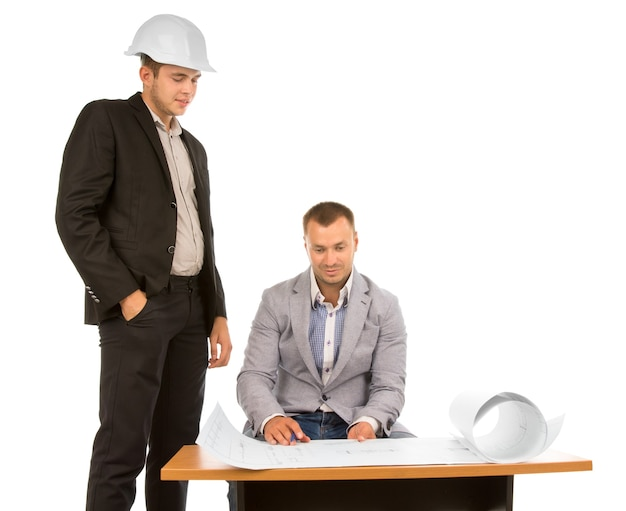 Team van architecten die een projectblauwdruk bespreken