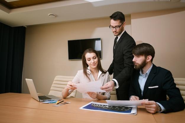 Team van architecten die in bureau samenkomen