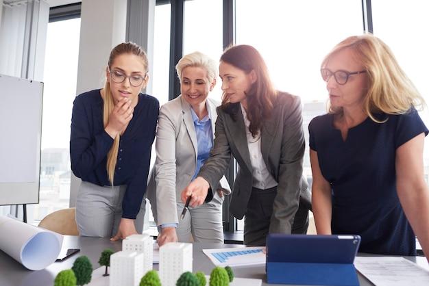 Team van architecten met overleg over strategie
