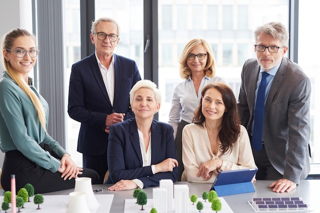 Team van architecten tijdens zakelijke bijeenkomst