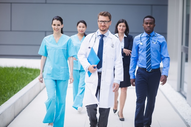 Team van artsen die in een rij lopen
