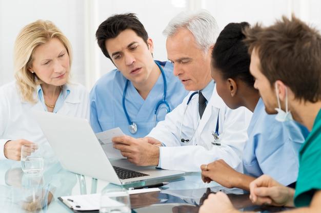 Team van artsen die rapporten onderzoeken
