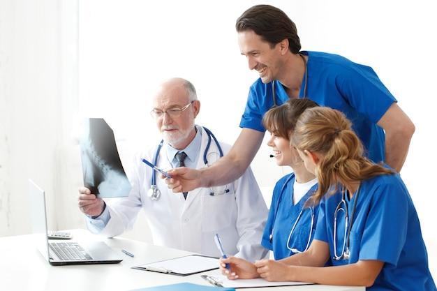 Team van artsen die röntgenfoto bekijken