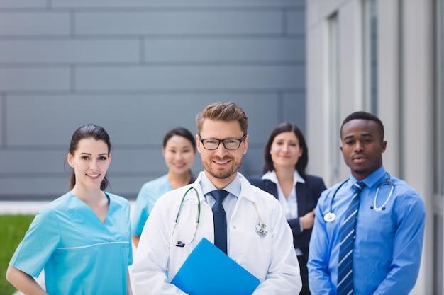 Team van artsen die zich in het ziekenhuisgebouw verenigen