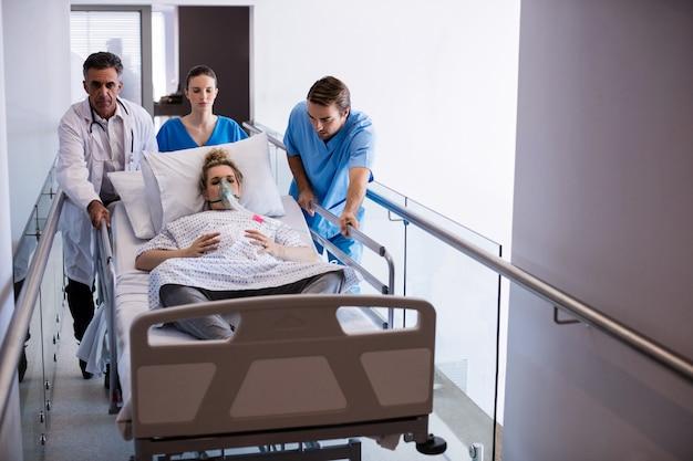 Team van artsen die zwangere vrouw naar verrichtingstheater brengen