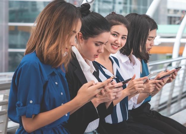 Team van aziatische zakenvrouw gebruikt mobiel communiceren online