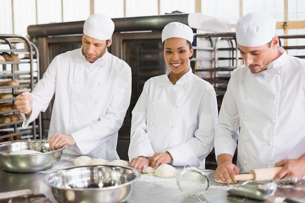 Team van bakkers die deeg voorbereiden