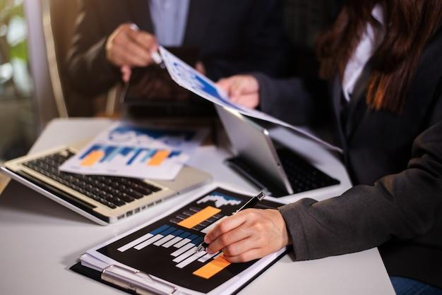 Team van bedrijfsanalisten die de bedrijfsstrategie bespreken in hedendaags gebruik op smartphone en tablet als concept