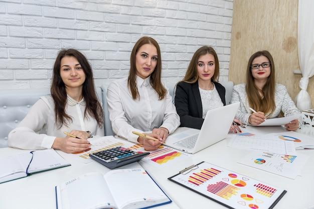 Team van bedrijfsanalisten die met bedrijfsgrafieken werken