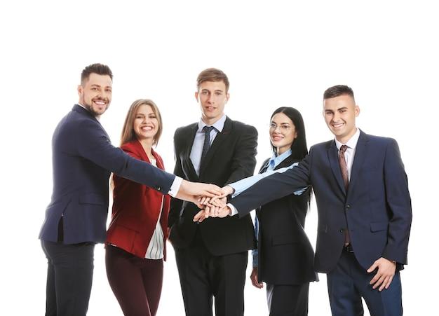Team van bedrijfsmensen die handen op wit oppervlak samenstellen