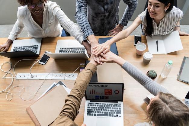 Team van bedrijfsmensen die handen stapelen