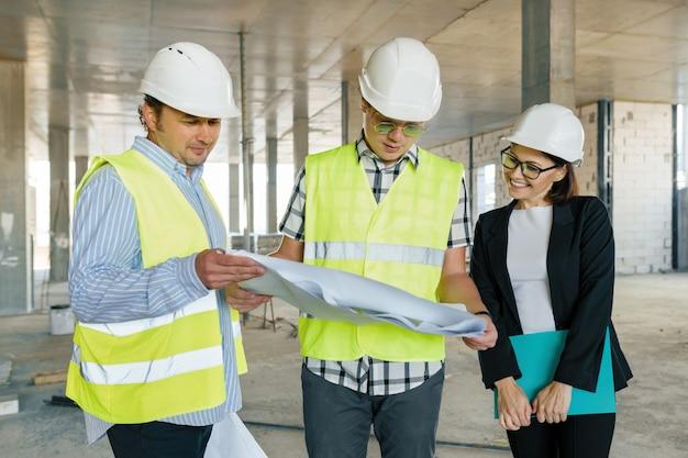 Team van bouwersingenieurs op bouwwerf
