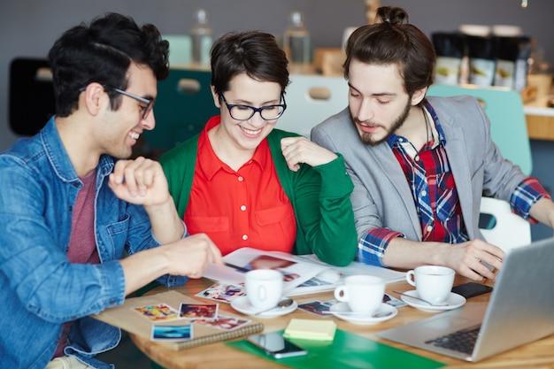 Team van casual creatieve mensen in werkvergadering