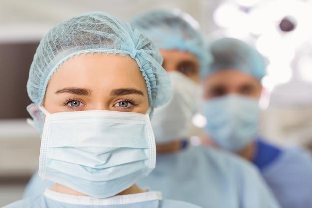 Team van chirurgen die camera bekijken