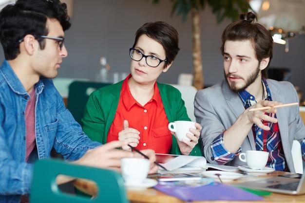 Team van creatieve casual mensen die werken in de vergadering