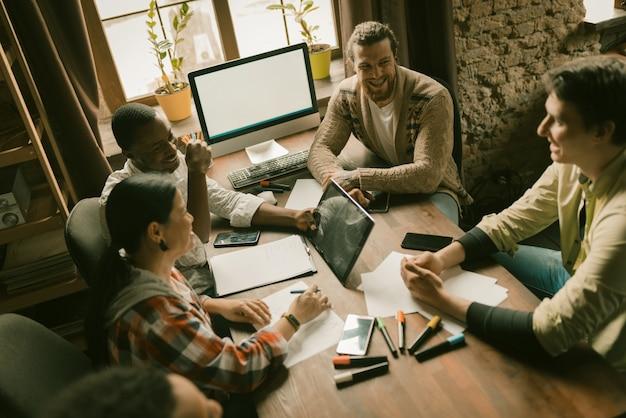 Team van creatieve mensen brainstormen in office