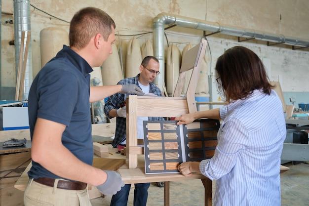 Team van houtbewerkingswerkplaatsmedewerkers bespreekt. groep mensen klant, ontwerper of ingenieur en werknemers bespreken werk, achtergrond timmerwerkproductie