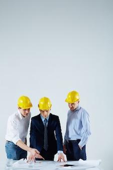 Team van ingenieurs bespreken blauwdruk op vergadering