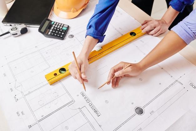 Team van ingenieurs die aan bouwproject werken