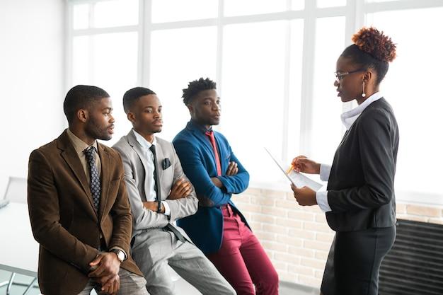 Team van jonge afrikaanse mensen op kantoor
