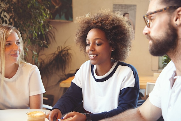 Team van jonge collega's met bijeenkomst in café