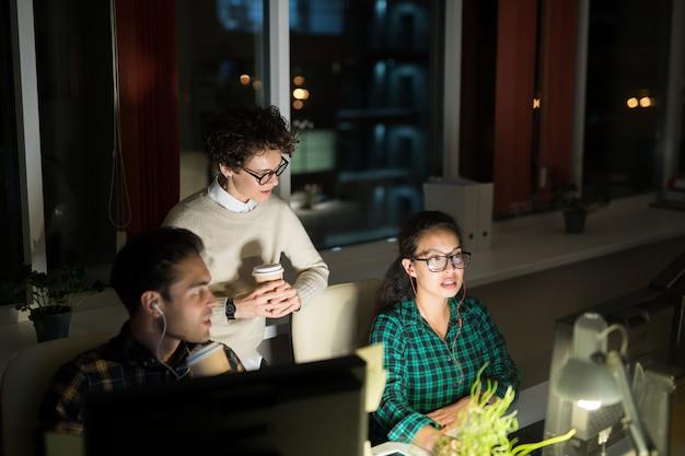 Team van jonge mensen die werken bij nacht