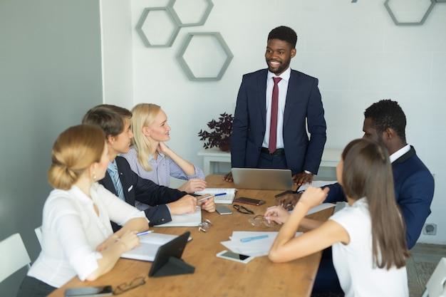 Team van jonge mooie mensen die op kantoor werken